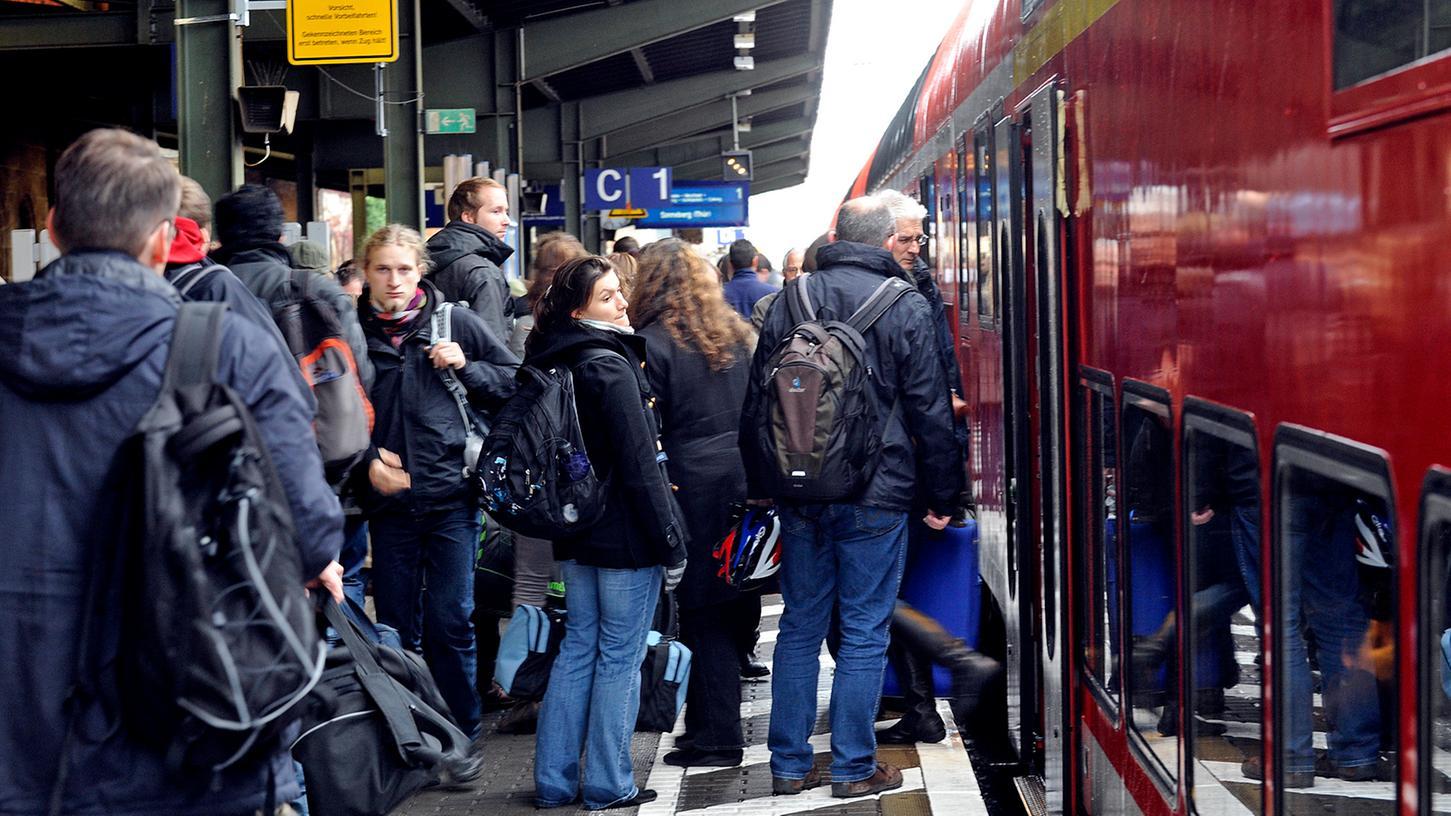 Dichtes Gedränge am Bahngleis nach Nürnberg ist für viele Passagiere Alltag.