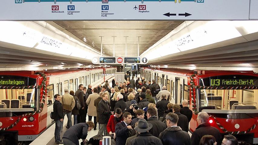 Nach dem Bahnhof Rathenauplatz fädelt die U3 Richtung Westen aus, um über die Station Maxfeld unter der Goethestraße weiter über den Kaulbachplatz zum Friedrich-Ebert-Platz zu führen. 7500 Fahrgäste verlassen und betreten täglich die U-Bahnen am Haltepunkt Kaulbachplatz.