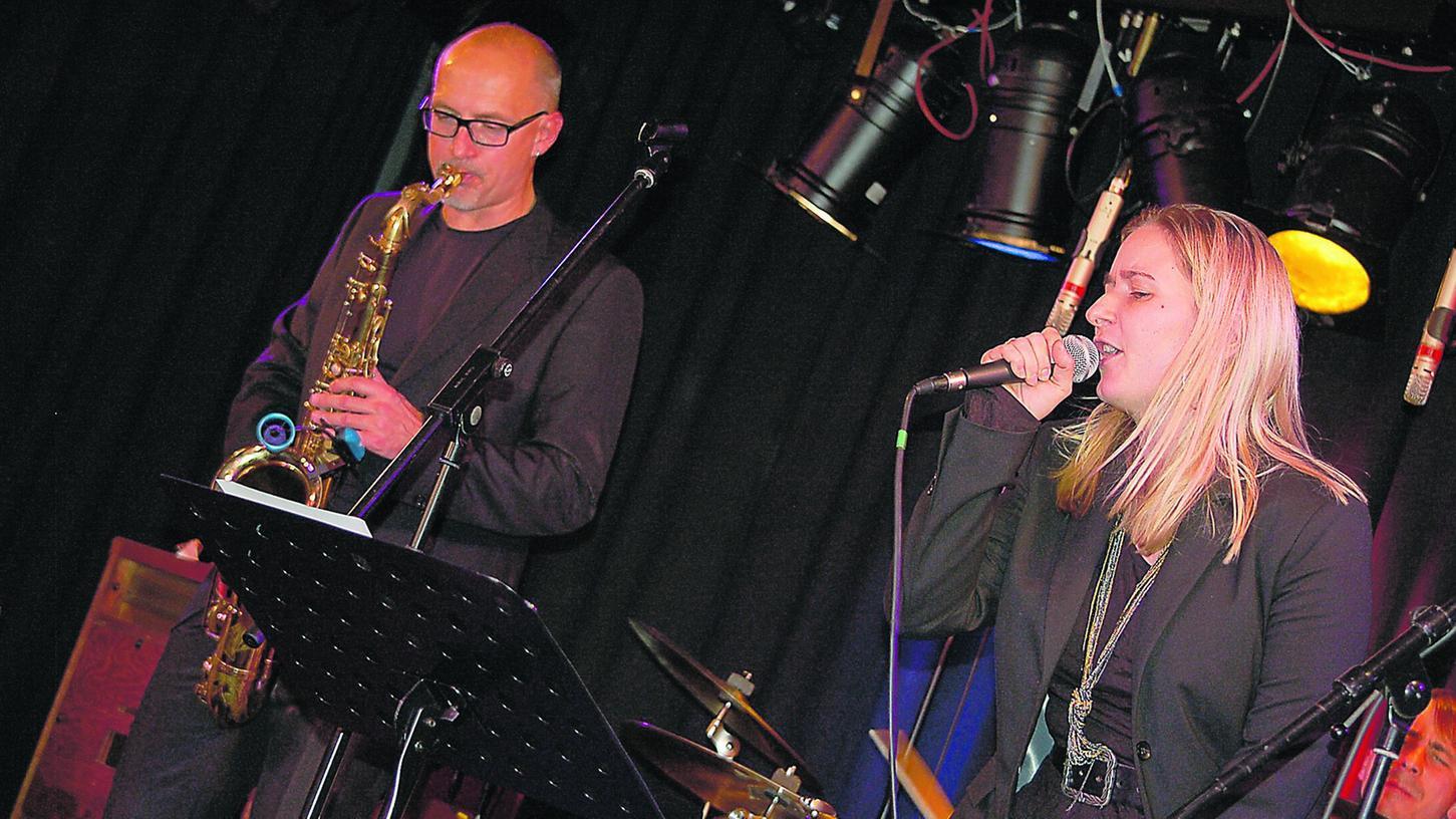 Sylvia Schwind rockt, Stephan Greisinger spielt dazu auf seinem Tenor-Saxophon.