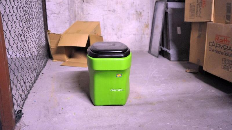 Mobile chemische Toilette für die Schutzraumbewohner.
