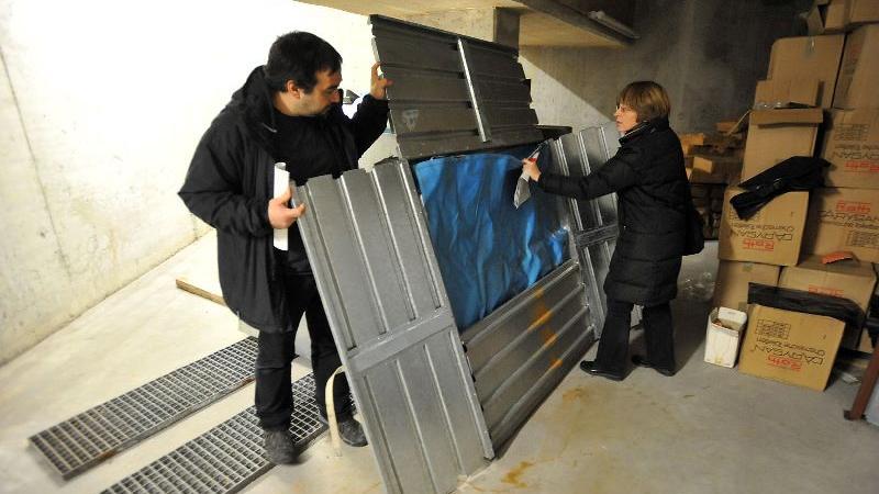 Schutzraum in der Tiefgarage des City-Centers - Karman Salimi vom Verein Untergrund Fürth und Katastrophenschutzbeauftragte Petra Wein mit einem mobilen Wasserbehälter.