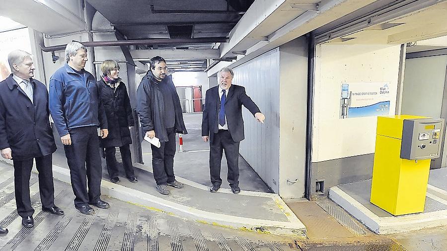 Vertreter von City-Center, Stadt Fürth und Betreiber Contipark besichtigen beim Rundgang durch die Tiefgarage das tonnenschwere Schiebetor, das im Ernstfall die Zufahrt hermetisch abriegeln sollte.