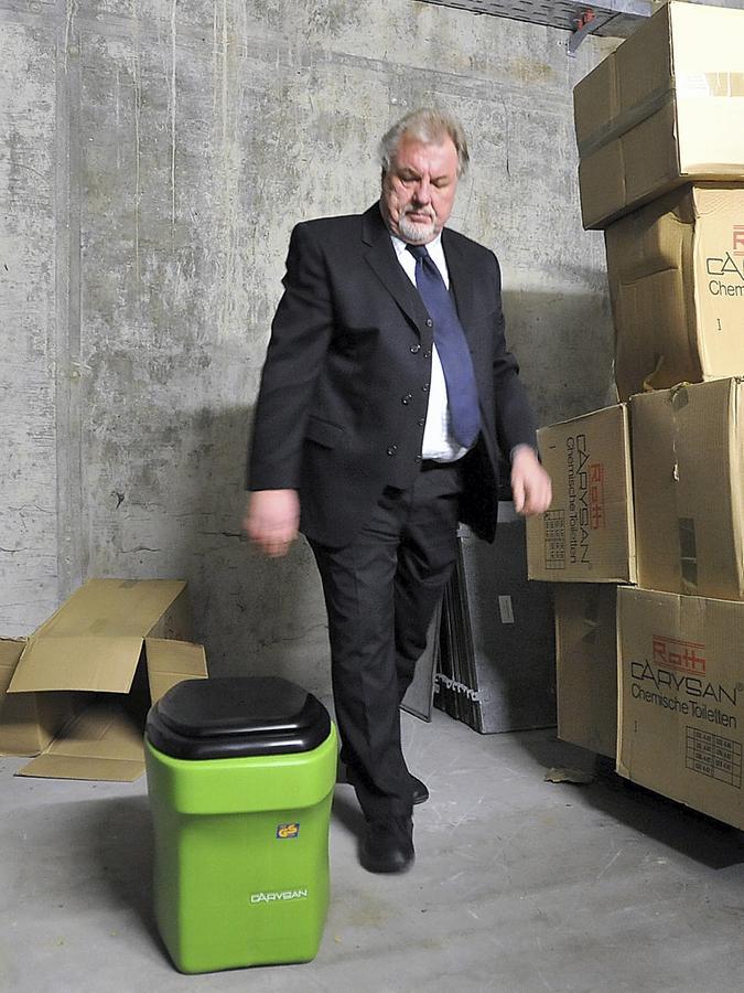 Peter Ehrmann, Technikchef im Center, mit einer der chemischen Toiletten für die Schutzraumbewohner.
