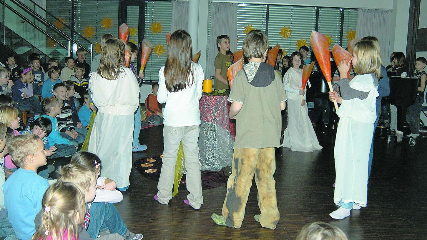 """""""Zünde dein Licht an"""": Durch die Musik können die Mädchen und Jungen bei der Weihnachtsfeier in der Grundschule die Stille im Advent spüren. So nach und nach soll die Musik in alle Bereiche des Schulalltags einziehen."""
