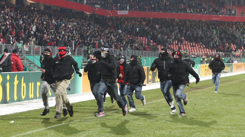 ... stürmten FCN-Anhänger den Platz, um ihrem Ärger über die Heimpleite Ausdruck zu verleihen. Als weitere Ausweise der Brisanz des Derbys dienen ein Überfall von Clubfans auf das Vereinsheim der Sportfreunde Ronhof, die Attacke auf heimreisende SpVgg-Fans im Steigerwald oder der Diebstahl einer Fürther Zaunfahne.