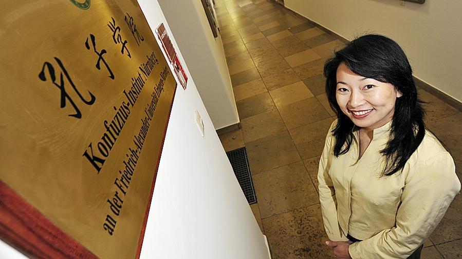Yan Xu-Lackner, die seit 20 Jahren in Deutschland lebt, leitet das Konfuzius-Institut Erlangen-Nürnberg. Die Einrichtung besteht seit fünf Jahren und bietet Sprachkurse, Bildungs- und Kulturangebote. Im kommenden Jahr soll es auch wieder ein Filmfestival in Erlangen geben.