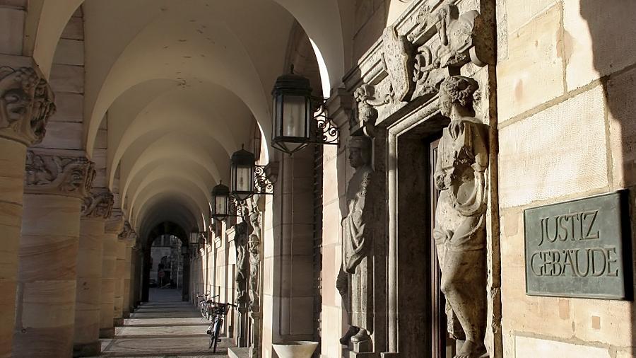 Der Justizpalast wurde von den Bombardements im Zweiten Weltkrieg weitgehend  verschont.