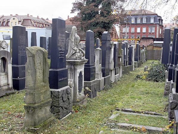 Der israelitische Friedhof an der Bärenschanzstraße. Die Begräbnisstätte wurde 1864 eingeweiht.