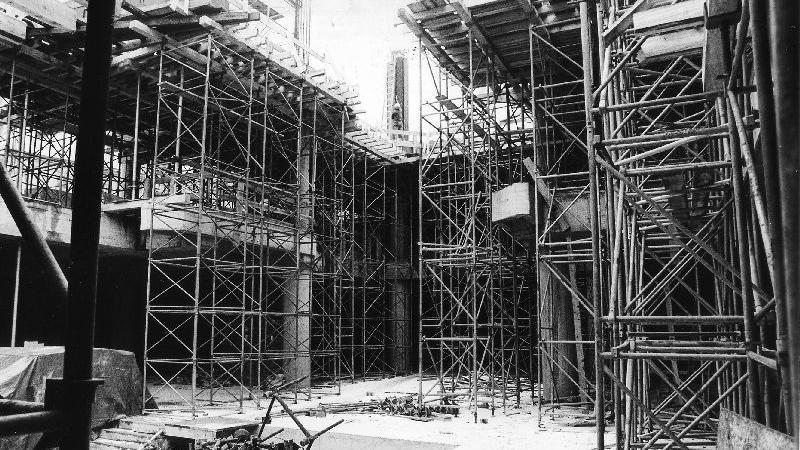Anfang 1984 gewinnt das Einkaufszentrum an Konturen. Blick in den Lichthof.