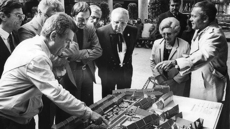 Richtfest im September 1984. 1000 Gäste wohnen dem Festakt bei, Architekt Helmut Löser (links) an einem Modell des City-Centers.
