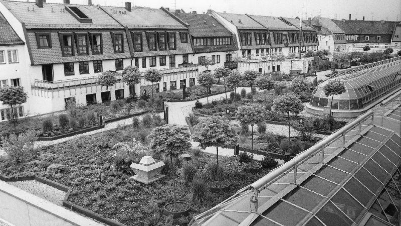 Ein Blick auf den Dachgarten des City-Centers aus dem Jahr 1986. Eine Gärtnerin kümmerte sich um die Anlagen, die nicht für die Allgemeinheit zugänglich war.