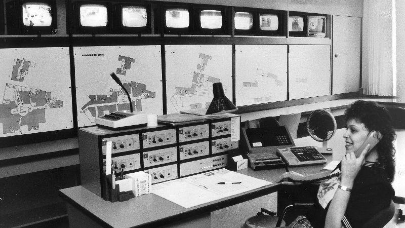 Ein Blick in die Sicherheitszentrale aus dem Jahr 1989. Claudia Grohnert wacht über Monitore und Schalttafeln.
