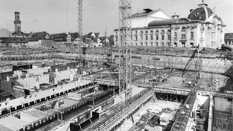 Die Baugrube beginnt sich im September 1983 zu füllen.