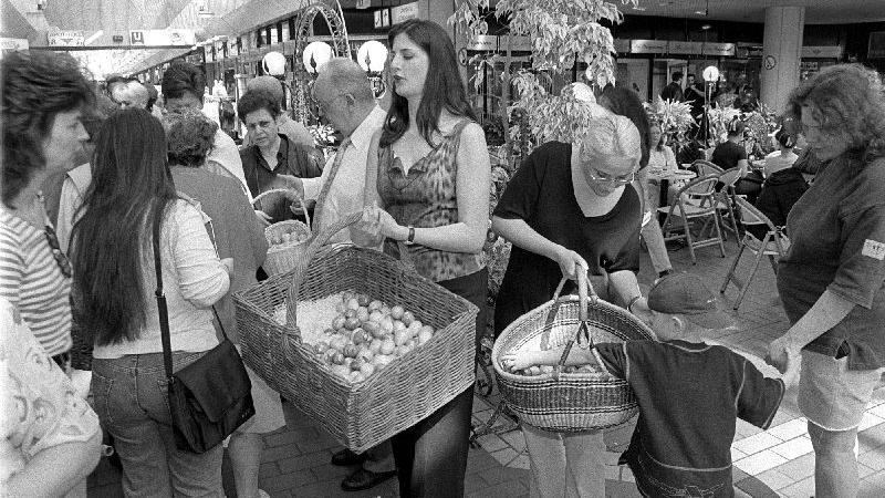 Ostereier für die Besucher des City-Centers im Jahr 2000.