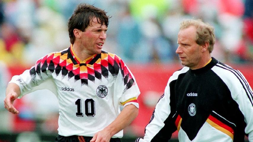 """Und danach? War Beckenbauer weg, Deutschlands fränkischer Rekordnationalspieler weiterhin auf dem Feld und an seiner Seite Nicht-mehr-Jupp-Derwall-Assistent Berti Vogts. Der """"Terrier"""" biss sich als Bundestrainer 1996 mit Deutschland zum EM-Titel, dank Club-Legende Andi Köpke und Golden-Goal-Boy Oliver Bierhoff. Und war ebenfalls weg, als Deutschland zwei Jahre später im WM-Viertelfinale an Kroatien scheiterte."""