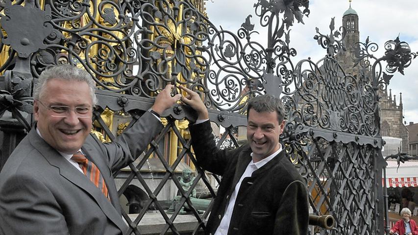 Seine Lieblingskulisse, das ist allerdings Nürnberg. Seine Heimatstadt voranzubringen, das hat sich Markus Söder schon früh zum Ziel gesetzt. Bis jetzt scheint ihm der Ring des Schönen Brunnens jedenfalls Glück gebracht zu haben. Als gebürtiger Nürnberger hätte er Innenminister Joachim Herrmann den Unterschied zwischen dem goldenen und dem schwarzen Ring aber ruhig mal erklären können.