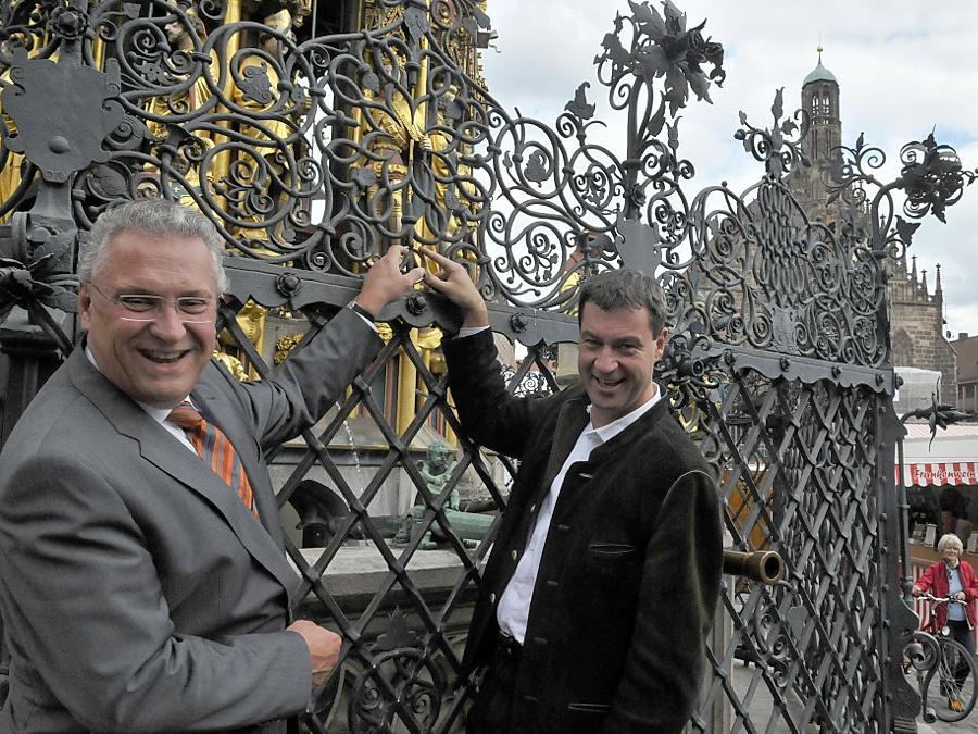 Innenminister Joachim Herrmann und Gesundheistminister Markus Söder wollen den Wirtschaftsstandort Nürnberg voranbringen. Um Optimismus zu verbreiten, drehten sie schon einmal am Ring des Schönen Brunnens.