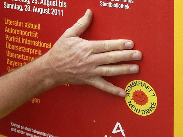 """Der Protest der Atomkraftgegner gegen den Poetenfest-Sponsor """"Areva""""."""