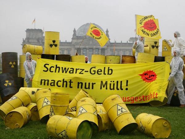 Vor dem Reichstagsgebäude kommt es häufiger zu Demonstrationen wie zum Beispiel gegen die vor Kurzem beschlossene Akw-Laufzeitverlängerung. Aber auch im Plenarsaal gibt es immer wieder Zwischenfälle.
