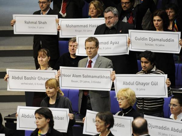 Während Debatte am 26.02.2010 zur Aufstockung des deutschen Kontingents in Afghanistan hielten Mitglieder der Linksfraktion Plakate mit den Namen der Personen, die bei einem Angriff auf Tanklastzüge in Afghanistan ums Leben gekommen sind, hoch.