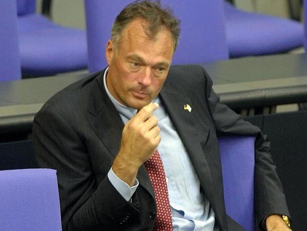 Der ehemalige Innensenator von Hamburg, Ronald Schill, wurde am 29.08.2002 mehrmals aufgefordert, das Rednerpult zu verlassen, weil er zu lange gesprochen hatte. Schließlich wurde ihm das Mikrofon abgestellt.
