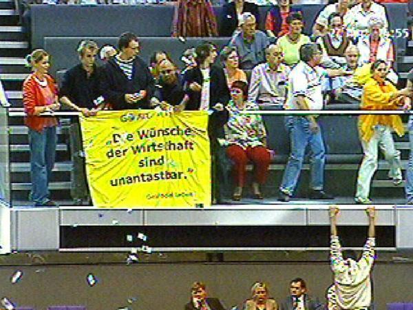Demonstranten entrollten am 27.04.2007 ein Transparent auf der Besuchertribüne des Plenarsaals im Reichtagsgebäude. Während eines so genannten Hammelsprungs, mit dem Familienministerin Ursula von der Leyen (CDU) herbei zitiert werden sollte, sprangen Demonstranten von der Zuschauertribüne ins Plenum. Die Debatte des Bundestages wurde daraufhin abgebrochen.