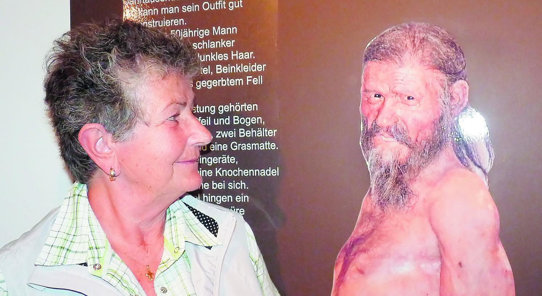Aug' in Aug' mit dem Gletschermann: Die Nürnbergerin Erika Simon sieht sich Ötzi an, dessen Aussehen von Wissenschaftlern rekonstruiert wurde.
