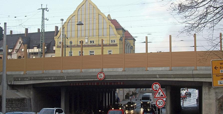 Die halbfertige Lärmschutzwand schiebt sich wie ein Riegel zwischen Innenstadt und Südstadt. Im Bereich der Brücke über der Schwabacher Straße soll immerhin der obere Teil der Wand transparent werden.