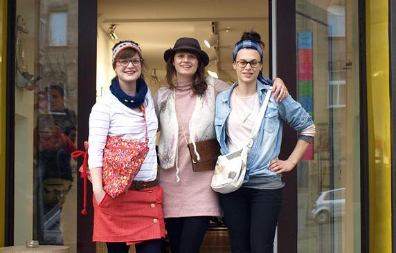 Seit September 2011 verkaufen Eva und Lisa sowie die Besitzerin Irina   Second-Hand-Kleidung im