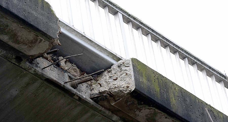 Im desolaten Zustand ist besonders die Graf-Stauffenberg-Brücke. Ein marodes Randstück am Geländer wurde bereits aus Sicherheitsgründen herausgebrochen und mit einer Metallplatte notdürftig abgedeckt.