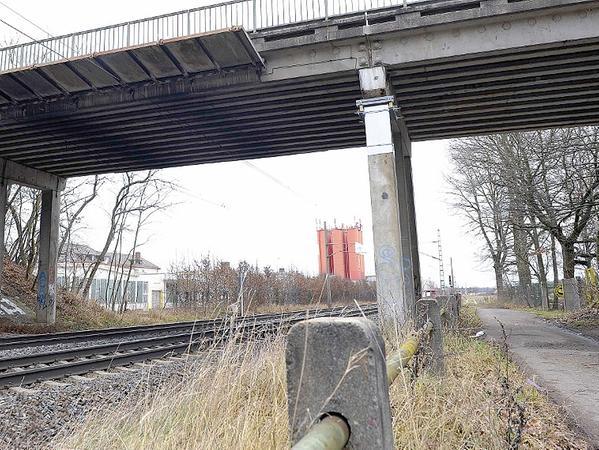 Der mit einer Stahlmanschette versehene Pfeiler der Bahnbrücke der Stadelner Theodor-Heuss-Straße muss noch durch ein Stützkorsett verstärkt werden.