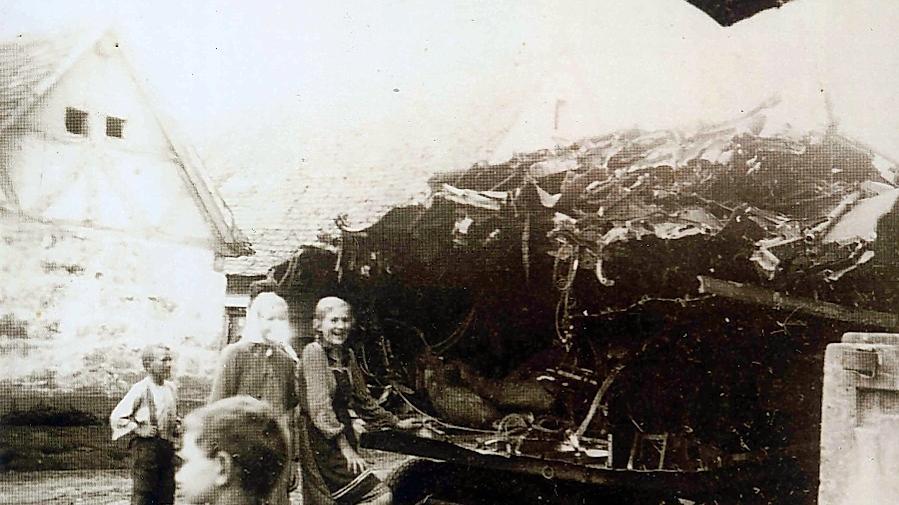 Schauriges Dokument aus den Kriegstagen: Hesselberger Kinder an einem Anhänger mit Trümmern der abgestürzten Stirling EH 985, einer Maschine der britischen Royal Air Force (RAF).