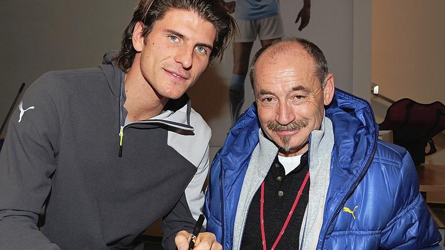 Begegnungen mit der Sportprominenz ist er gewöhnt: Der langjährige Werbeleiter bei Puma, Helmut Fischer (re.), mit Fußball-Star Mario Gomez.