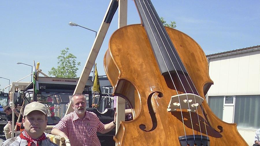 Die größte spielbare Geige der Welt fertigten Instrumentenbauer in Markneukirchen zum 650-jährigen Stadtjubiläum.