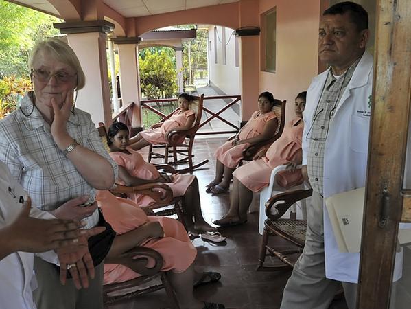 Klinikchef Ronald Moreno stellt der Erlanger Ärztin Hildegard Jurisch (l.) die Einrichtung für die Frauen vor. Ein Arzt wird bald geschult.