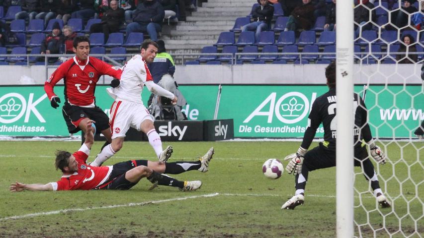 Einmal, zweimal, dreimal! Nürnbergs Goalgetter Albert Bunjaku versetzt im Januar 2010 die Hannoveraner Haggui und Schulz und erzielt den ersten seiner drei Treffer. Marek Mintal hat den Mittlerweile-Lauterer mit einem öffnenden Pass in Szene gesetzt. Prinz Knallbert nimmt den Ball mit rechts mit und jagt ihn mit links durch die Hosenträger von Florian Fromlowitz.