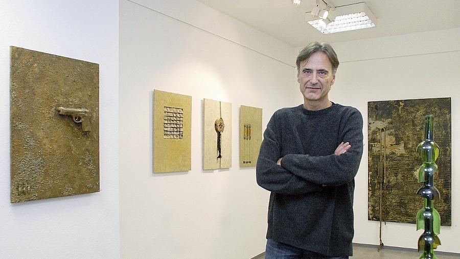Mehrdeutige Ruinen des Gegenständlichen: Manfred Unterweger präsentiert in seiner Ausstellung mit Feuer und Säure bearbeitete Exponate.