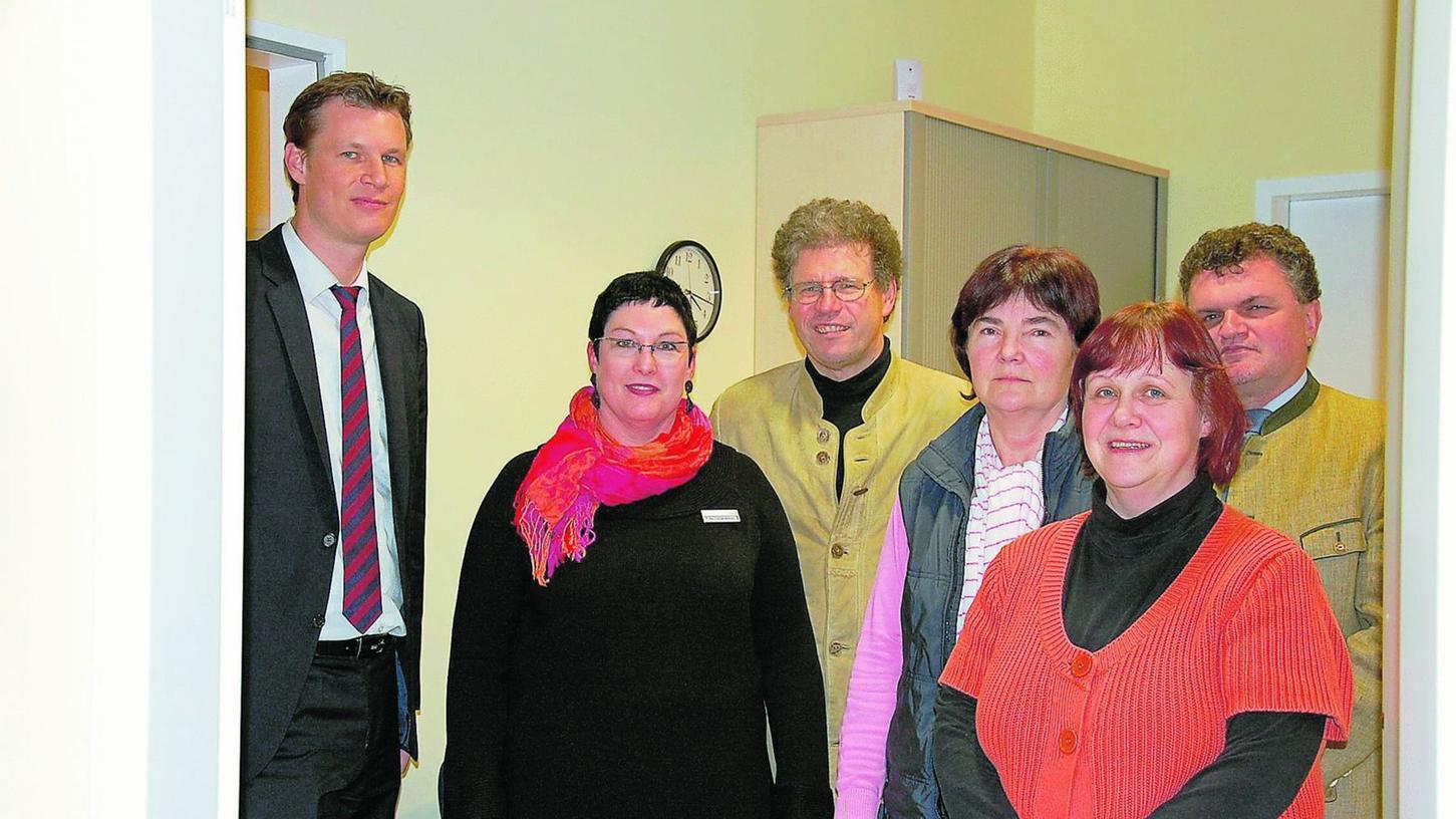 Das Team des Gesundheitsamtes (v.l.): Klaudia Langhammer, Dr. Fritz Oberparleiter, Dr. Susanne Weidner und Christiane Göckler zeigten Diakon Klaus Seitzinger (r.) und OB Matthias Thürauf (l.) die neuen Räume im Gesundheitszentrum.