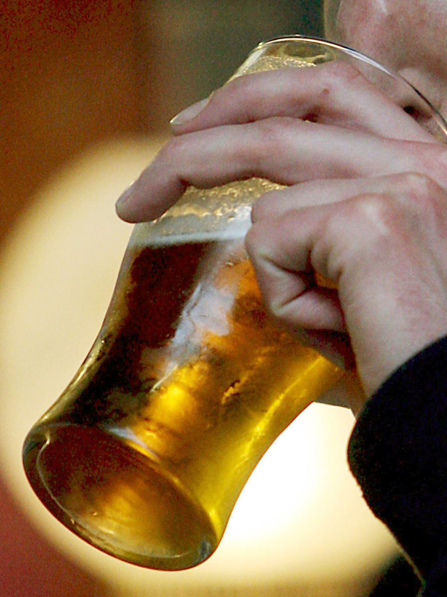 Nieren können von einem regelmäßigen und maßvollen Bierkonsum durchaus profitieren. Wegen ihres Alkohol-, Kohlensäure- und Salzgehaltes wird die Bierflüssigkeit schneller resorbiert als klares, kaltes Wasser, und bei der darauffolgenden Ausschwemmung von Natrium-Ionen werden nicht nur die Nieren durchgespült, sondern auch das Gewebe wird entwässert. Es klingt paradox, doch Biertrinken führt primär zur Gewichtsabnahme. Allerdings wusste schon Paracelsus, dass die Dosis das Gift macht. Übermäßiger Genuss führt dann doch zum Bierbauch.
