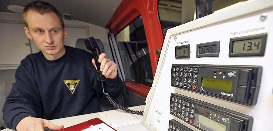 Feuerwehrmann Andreas Engelhardt an einem alten Analogfunkgerät in einem Einsatzwagen der Fürther Berufsfeuerwehr. Mit den neuen Digitalfunkgeräten können auch Lagepläne verschickt werden.