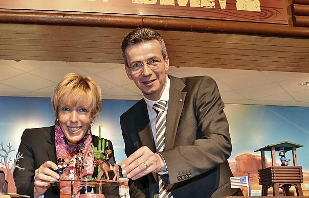 Steffen Höpfner (rechts) steht künftig sowohl an der Spitze der Brandstätter Unternehmensstiftung als auch der Horst Brandstätter Holding.