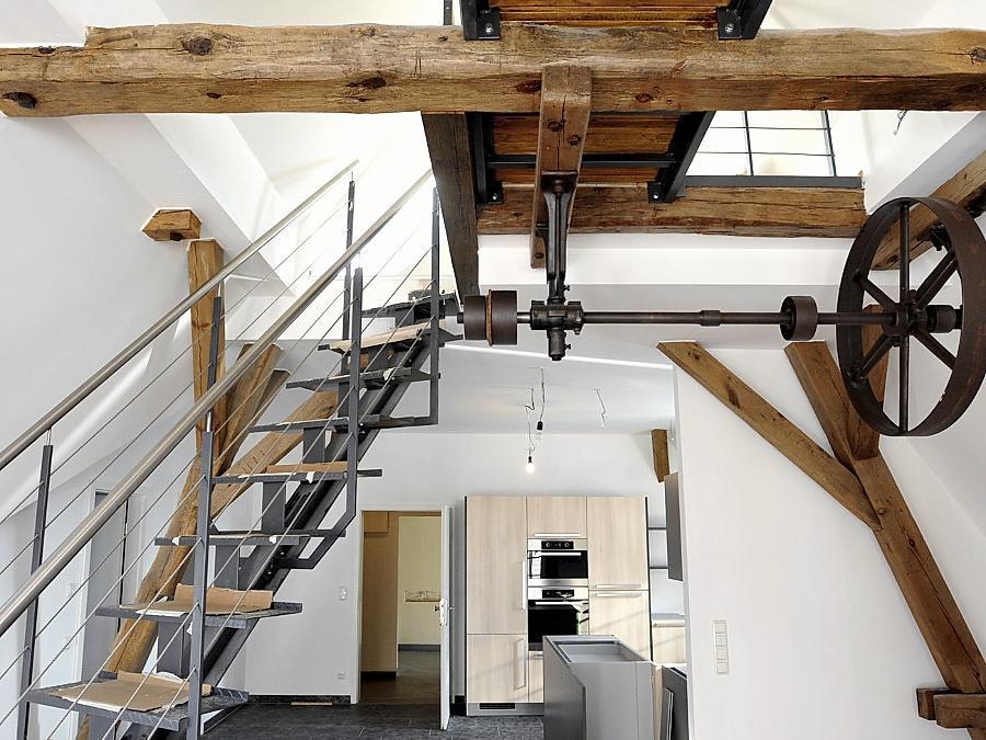 In manchen Wohnungen finden sich Relikte alter Vacher Braukunst. Das Gebäude hat Architektin Marita Walther (rechts) umgebaut — sehr zur Freude von Karl Dorn (links).