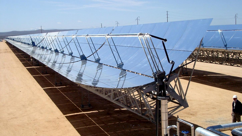 Die Kollektorenfläche eines solarthermisches Kraftwerks der Solar Millenium AG steht in Kalifornien.
