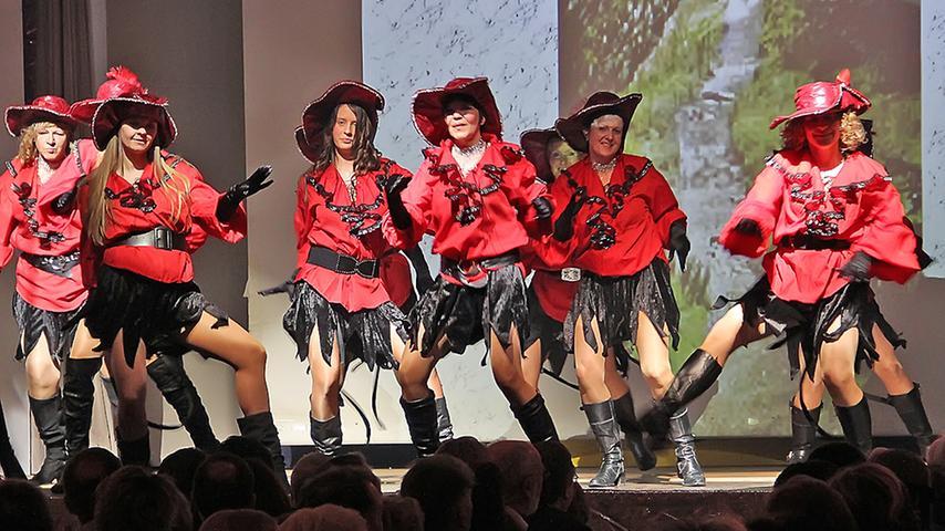 Der Showtanz des Elferrates nebst Frauen war nur ein Beispiel für schwungvolle Choreografie und liebevoll entworfenes und umgesetztes Outfit.