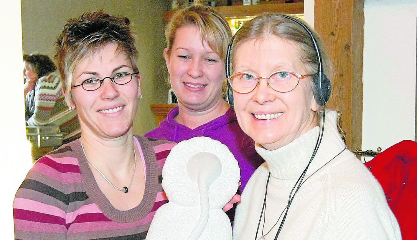 """Cäcilie Trautner (rechts) nimmt die """"Bürgerwilma"""" von den vorherigen Preisträgern, Kathrin Kittler (links) und Lucie Seufert vom Leseclub, entgegen."""