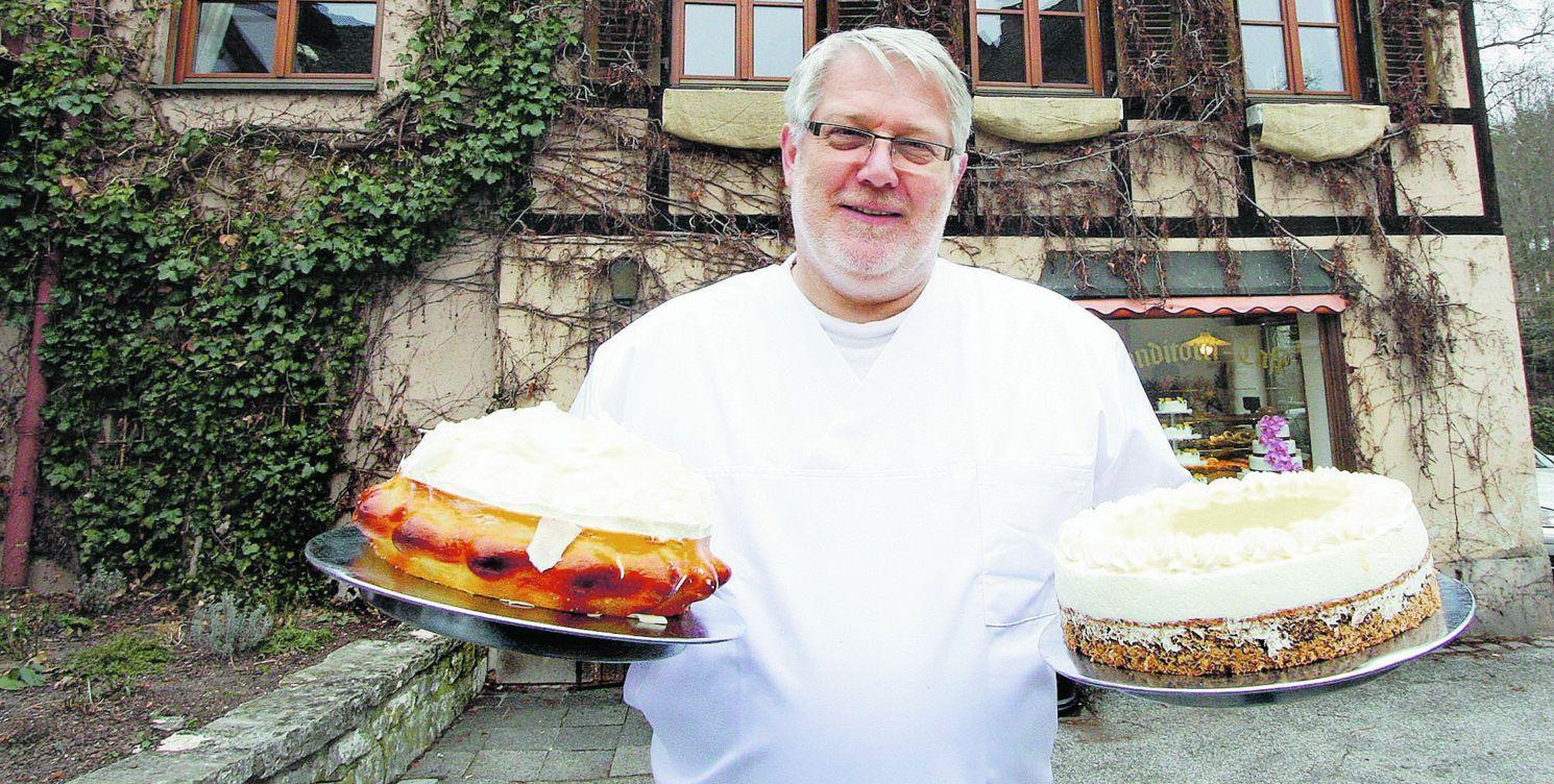 Rechts eine Eierlikörtorte, links Champagner-Sahne: Konditormeister Udo Pierenkemper vorm Café Glückswinkel in der Zapfengasse 9 in Erlenstegen.