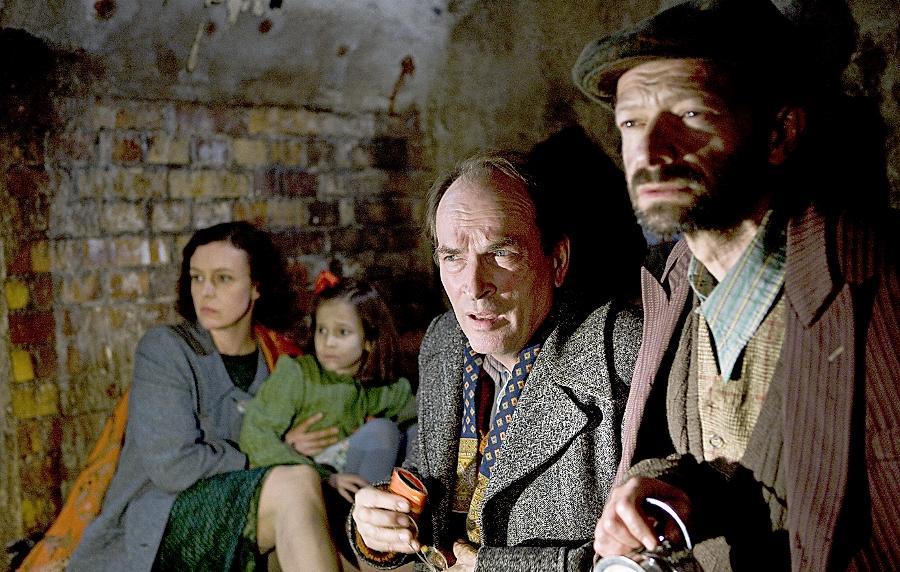 Das Ehepaar Chiger (Maria Schrader, Herbert Knaup, 2.v.re.) ist mit seiner Tocher vor den Nazis in die Kanalisation geflüchtet, wo sie Unglaubliches erleben.