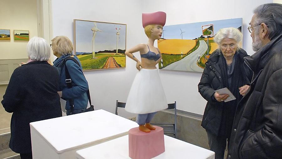 """Blick in die Ausstellung """">atmossphären<"""" von Regine Herzog beim Erlanger Kunstverein."""