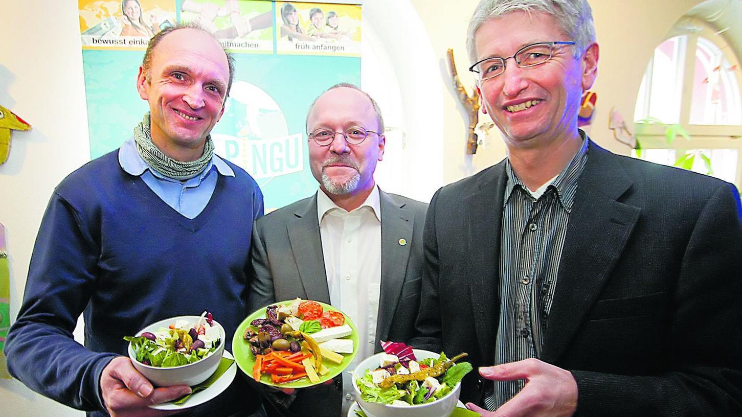 Auf ihren Tellern landet vor allem Bio-Qualität: Frank Braun von Bluepingu, Claus Rättich von der Nürnberger Messe und Werner Ebert vom Umweltreferat (v. l.).