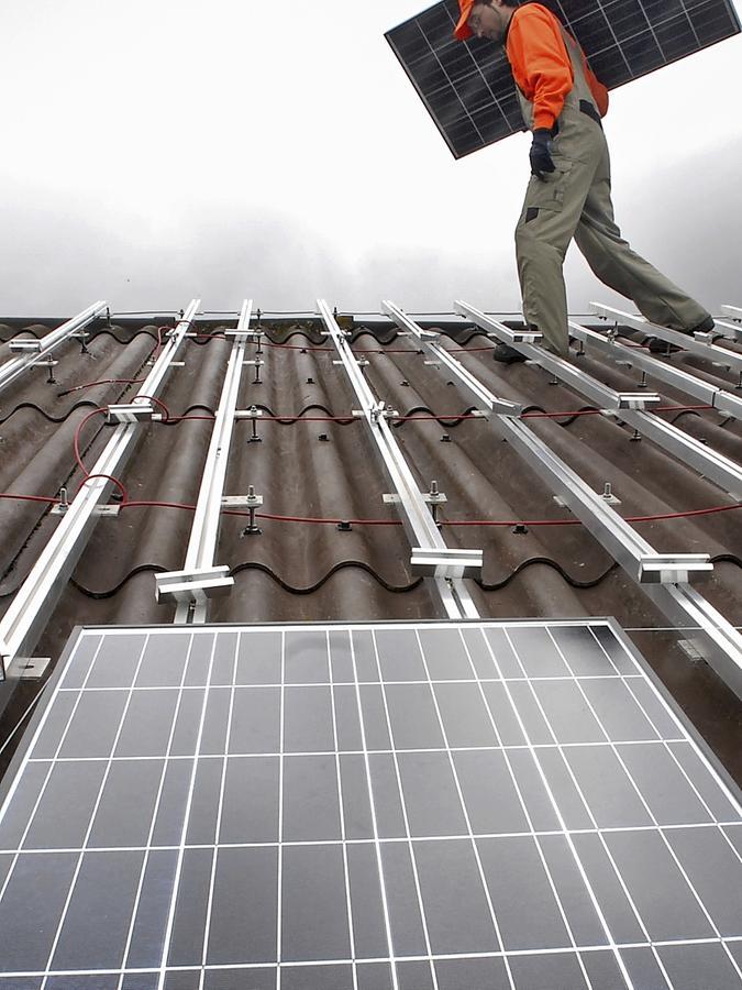 Die nächste PV-Anlage auf dem Dach. Der Ausbau dieser Art der Stromerzeugung ging auch 2011 unvermindert weiter.